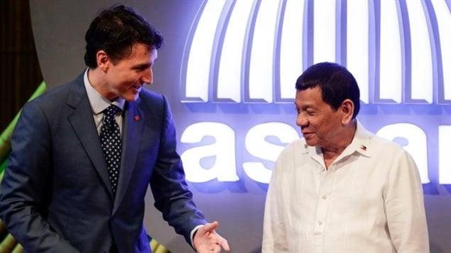 الرئيس الفيليبيني رودريغو دوتيرتي (إلى اليمين) في دردشة مع رئيس الحكومة الكندية جوستان ترودو قبيْل بدء الجلسة الافتتاحية للقمة الحادية والثلاثين لرابطة دول جنوب شرق آسيا اليوم في مانيلا.
