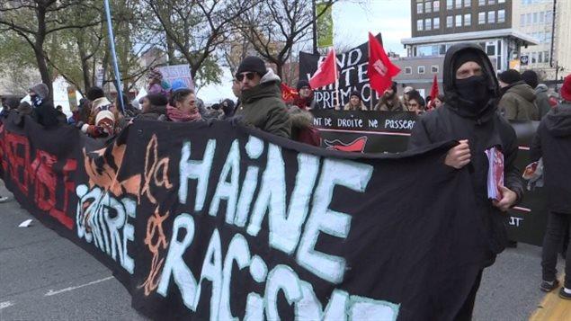 不少参加反种族歧视的示威者带着墨镜或遮住脸部