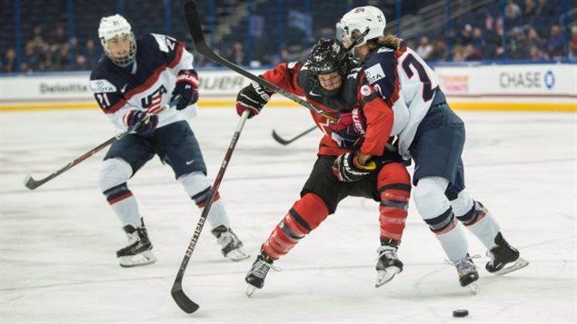 加美两国女子冰球队成员不少是场上对手场下朋友