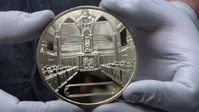 The Canada 150 medals are 7.6 cm in diameter (3*) and 0,7cm thick. The name of the recipient will be inscribed in the blank area