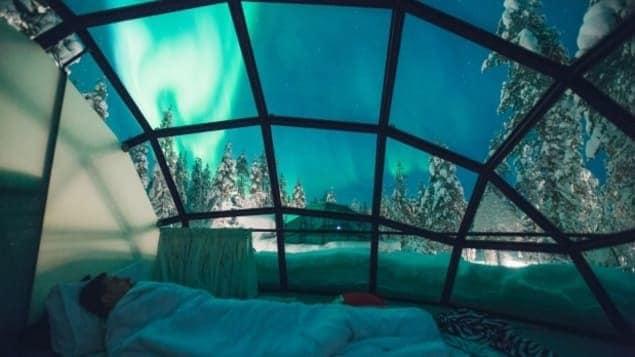 En Finlande, il est possible de voir des aurores boréales, couché dans un lit, sous un dôme de verre. Fort McMurray aimerait exploiter ce concept. Photo : Kakslauttanen Arctic Resort