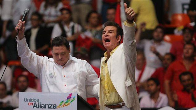 Salvador Nasralla, a la derecha, denuncia un fraude en las elecciones hondureñas.