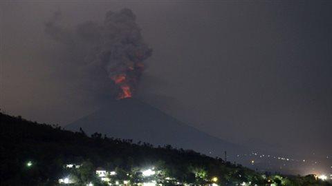 Un porte-parole de l'aéroport international de Bali indique que 445 vols ont été annulés lundi, immobilisant environ 59 000 voyageurs dans l'île.