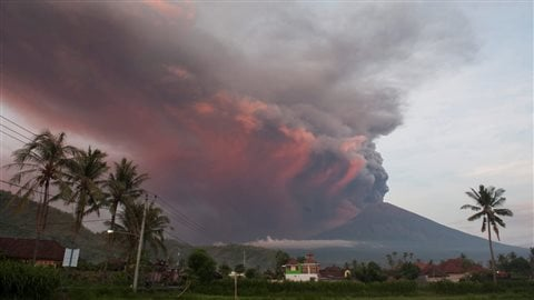 Le volcan Agung en éruption, vu du village de Culik, à Bali, en Indonésie. Photo : Reuters/Nyoman Budhiana/Antara Foto Agency