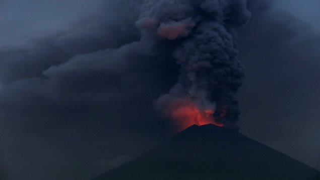 Le volcan Agung en éruption sur l'île de Bali. Les autorités ont ordonné lundi l'évacuation de toutes les personnes vivant dans un rayon de 10 kilomètres du volcan Agung, qui projette des cendres. L'agence de gestion des catastrophes en Indonésie affirme qu'une éruption plus imposante est possible, bien qu'un volcanologue du gouvernement soutienne que le volcan pourrait demeurer à ce niveau d'activité pendant des semaines et ne pas entrer en éruption de manière explosive.