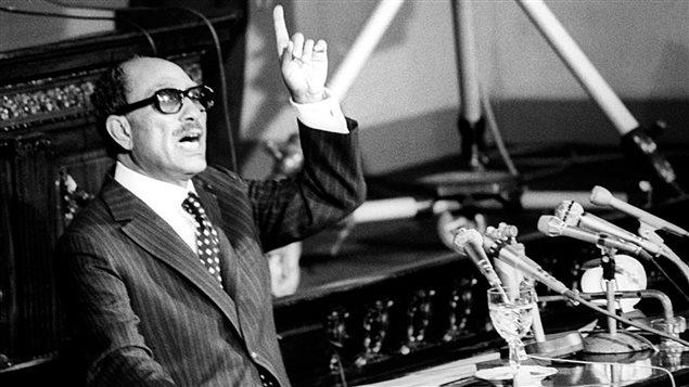 الرئيس المصري الراحل أنور السادات معلناً أمام مجلس الشعب المصري في 9 تشرين الثاني (نوفمبر) 1977 قراره بزيارة إسرائيل بهدف إحلال السلام: 