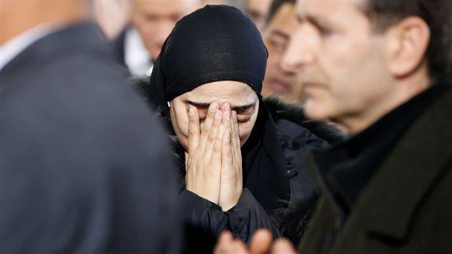 امرأة تبكي خلال تشييع الضحايا