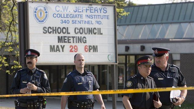 La policía de Toronto en el C.W. Jefferys Collegiate Institute el día del asesinato del joven estudiante Jordan Manners.