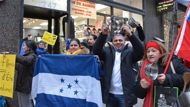 Manifestación en Montreal en rechazo a lo que la oposición considera como un fraude electoral en Honduras.