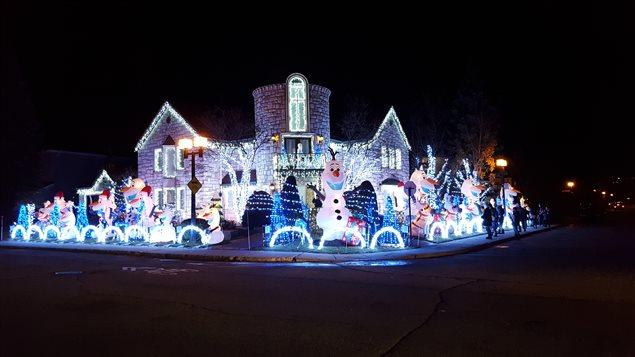 واجهة المنزل المضاء بمئة ألف ضوء