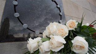 Des fleurs déposées sur le mémorial érigé à la Polytechnique en mémoire des victimes du massacre du 6 décembre 1989. Photo : Radio-Canada