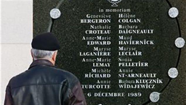 Un homme rend hommage aux victimes du massacre au monument de la tuerie de l'École polytechnique de Montréal (archives). Photo : PC/RYAN REMIORZ