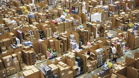 Des employés s'affairent dans un centre de distribution de la compagnie Amazon, au Royaume-Uni. Photo : Getty Images/Neil Hall
