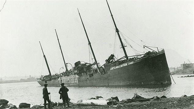 El barco de vapor noruego Imo varado en la costa de Dartmouth tras la explosión de Halifax del 6 de diciembre de 1917.
