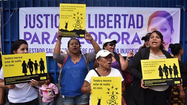 Mujeres salvadoreñas exigen la liberación de Teodora Vásquez, condenada de 30 años de prisión tras ser declarada culpable de *homicidio agravado* por un mortinato en su noveno mes de embarazo.
