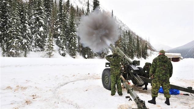 Col Rogers, Colombie-Britannique, janvier 2011 - Les membres des Forces armées canadiennes utilisent un obusier de 105 mm pour effectuer le contrôle des avalanches dans le cadre de l'opération PALACI. (photo: Forces armées canadiennes)