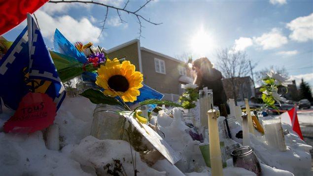 شموع وزهور عن أرواح ضحايا الاعتداء على مسجد كيبيك الكبير في 29 كانون الثاني يناير 2017