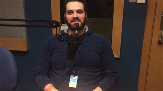 الشاب السوري عادل صقّال في استديو راديو كندا الدولي