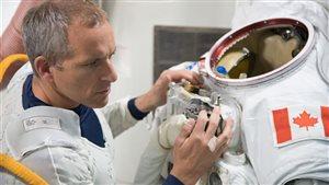 L'astronaute canadien David Saint-Jacques en formation dans le simulateur de sas de la Station spatiale internationale (SSI) au centre spatial Johnson (JSC) de la NASA Photo Credit: Agence spatiale canadienne.