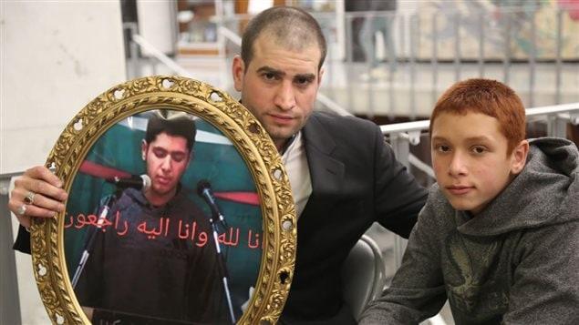 والد الضحية والشقيق الأصغر يحملان صورة يوسف