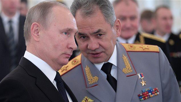 الرئيس الروسي فلاديمير بوتين (إلى اليسار) ووزير دفاعه سيرغي شُويْغو في الكرملين في 28 كانون الأول (ديسمبر) الفائت خلال مراسم تكريم رسمية للجنود الروس الذين خدموا في سوريا