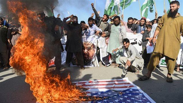 Manifestación anti-estadounidense en Karachi el 2 de enero de 2018. Pakistán convocó al embajador de Estados Unidos en una rara reprimenda pública después de que Donald Trump atacó a Islamabad.