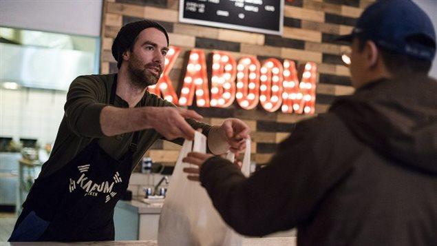 Chris Stevens, copropriétaire de Kaboom Chicken, dans le quartier Leslieville de Toronto, se dit en accord avec la hausse du salaire minimum, mais il croit que le fardeau repose trop sur les petites entreprises.