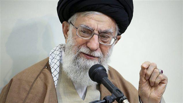 Dans cette photo publiée par un site officiel du bureau du dirigeant suprême iranien, le guide suprême l'ayatollah Ali Khamenei parle lors d'une réunion, à Téhéran, en Iran, mardi 2 janvier 2018. Khamenei a déclaré mardi que les ennemis du pays se sont immiscés dans les récents rassemblements de protestation. © (Bureau du Guide suprême iranien via AP)