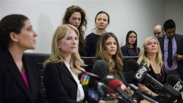 Las actrices denunciaron a Schultz como un depredador sexual.