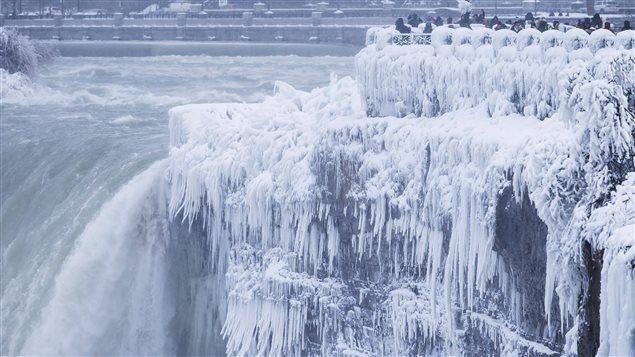 En los últimos días, los canadienses ya tuvieron un aviso de los rigores climáticos que se avecinan, al congelarse las Cataratas del Niágara.