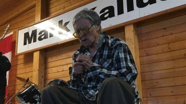 El músico durante una de sus presentaciones en el Nunavut.