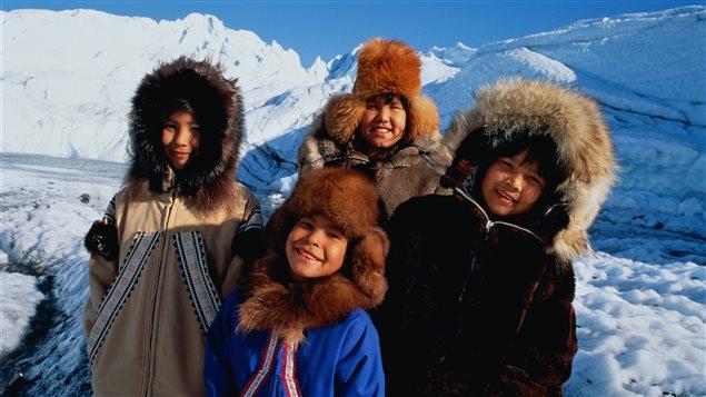 Panigoniak canta la historia y la realidad del pueblo Inuit.