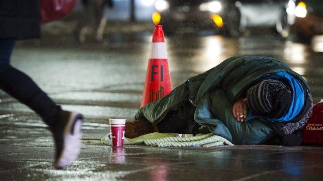 Un itinerante en las calles de Toronto el 3 de enero, cuando la temperatura llegó a 10 grados bajo cero.