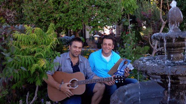 """زياد أبو لطيْف في جلسة مع عازف غيتار في دائرة """"إدمونتون مانينغ"""" خلال الحملة الانتخابية الفدرالية العامة الأخيرة في صيف 2015."""