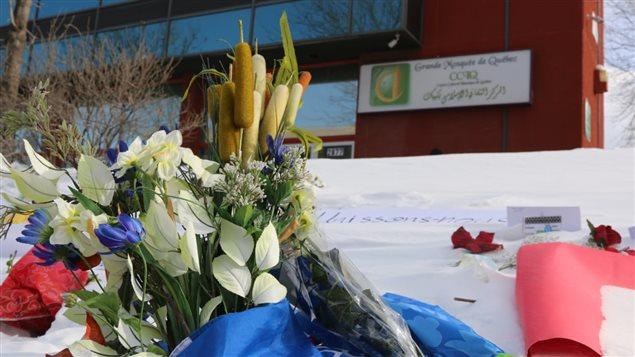 زهور أمام المسجد