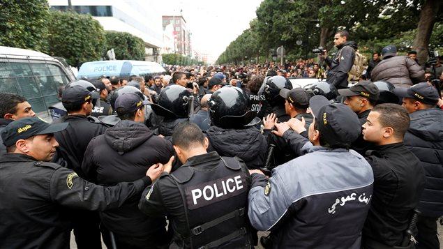مواجهات بين المتظاهرين المحتجين على ارتفاع الضرائب وأسعار المواد الاستهلاكية وقوات مكافحة الشغب في تونس العاصمة يوم أمس.