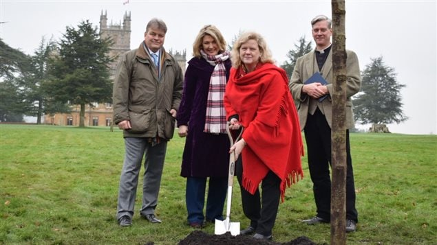 Canadian High Commissionner JaniceCharette and the Earl and Countess of Carnarvon planting a maple tree at Highclere Castle (Downton Abbey) to highlight its shared history with Canada