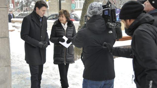Justin Trudeau et la journaliste Céline Galipeau. Photo : Radio-Canada/Julien McEvoy