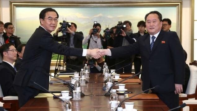 Le chef de la délégation nord-coréenne, Ri Son-gwon (à droite), serre la main de son vis-à-vis sud-coréen, Cho Myoung-gyon (à gauche), le 9 janvier 2018, dans le village de Panmunjom. Photo : Reuters