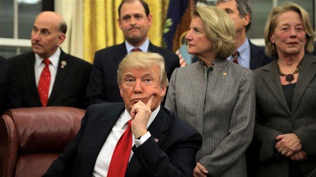 Le président américain, Donald Trump, dans le Bureau ovale. Photo : Reuters/Carlos Barria