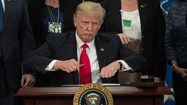 Donald Trump se prepara a firmar una orden ejecutiva para iniciar el proyecto del muro fronterizo con México en las instalaciones del Departamento de Seguridad Nacional en Washington, DC, el 25 de enero de 2017.