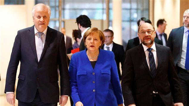 Horst Seehofer, presidente de Baviera, Merkel y Martin Shulz, líder socialdemócrata.