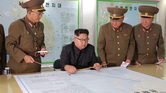 Kim Jong-Un s'entretient avec des haut-gradés de son armée.PHOTO ARCHIVES AGENCE KCNA/AFP