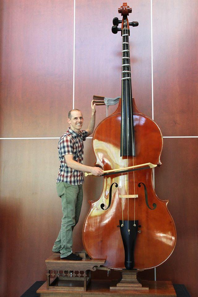 Le musicien Eric Chappell aux commandes de l'octobasse