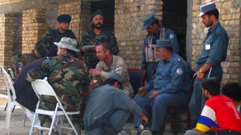 Le brigadier-général Denis Thompson prend le thé avec des dignitaires afghans.