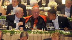 John McCain et Barack Obama étaient assis de part et d'autre du cardinal new-yorkais Edward Egan.