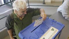 Un électeur de l'Oregon dépose son bulletin de vote.