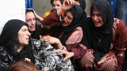 Des Syriennes pleurent la mort de proches dans un raid héliporté de combattants américains.