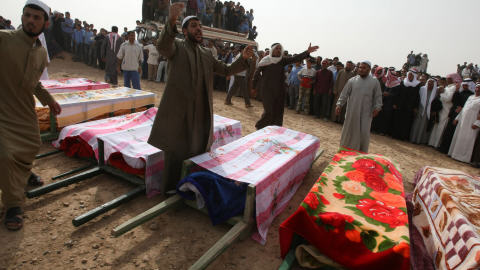 Des Syriens préparent l'inhumation de proches tués dans un raid mené par les États-Unis.