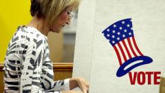 Une femme vote à Paris, au Texas.